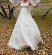 Продам свадебное платье,  цвет шампань,  размер 42-44.